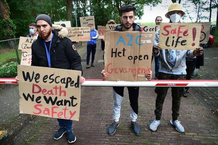 Asielzoekers in Zweeloo (Drenthe) protesteren in juli 2020 tegen de ongelijke behandeling van asielaanvragen. Beeld Marcel van den Bergh / de Volkskrant