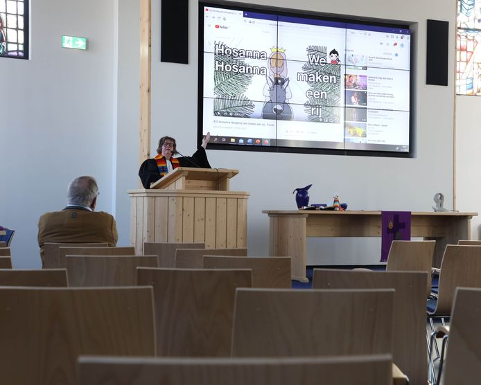 Kerkdienst zonder bezoekers in Hoek, met voorganger Dominee Saskia Ketelaar en als enige toehoorder scriba Henk Siersema.