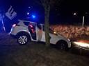 De auto belandde scheef in een sloot in Haren, bij Oss.