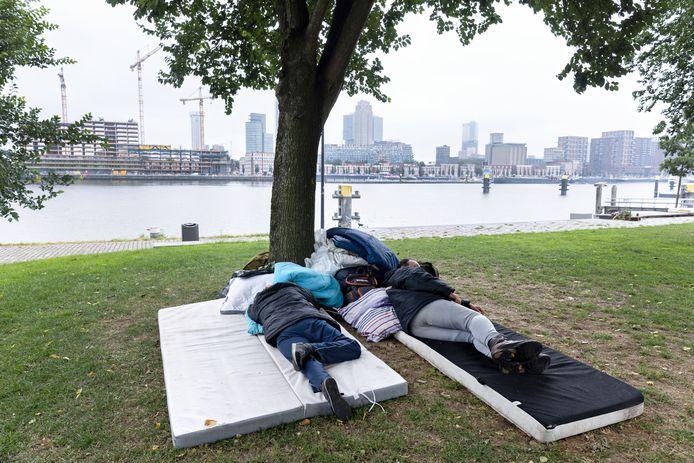 Twee Poolse arbeidsmigranten die tijdens de coronacrisis hun werk en woning verloren, slapen in een parkje bij de Maashaven in Rotterdam-Zuid. De foto is met hun toestemming genomen.