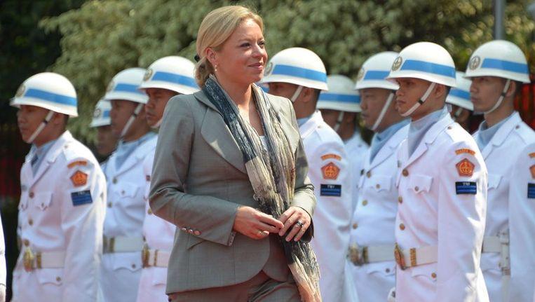 Minister Janine Hennis-Plasschaert van Defensie inspecteert de Indonesische troepen Beeld afp