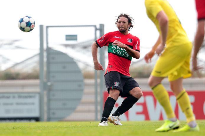 Edgar Barreto verplaatst het spel tegen SV Straelen tijdens zijn rentree bij NEC.