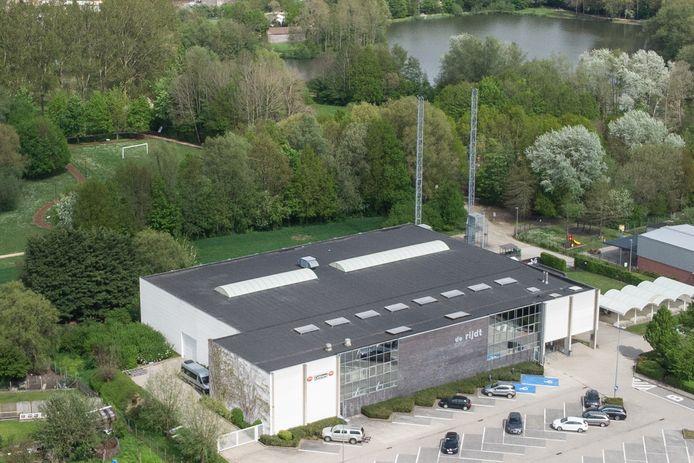 De masten moeten plaats maken voor de bouw van het nieuwe zwembad achter de sporthal.