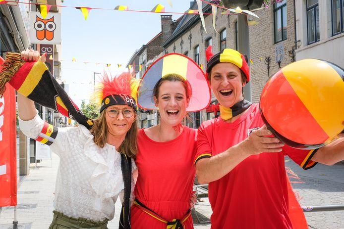 In de Leuvensestraat spotten we (vlnr.) Michèle Geldhof, Lieze De Neef en Peggy Polspoel, die volledig uitgedost zijn in de Belgische kleuren.