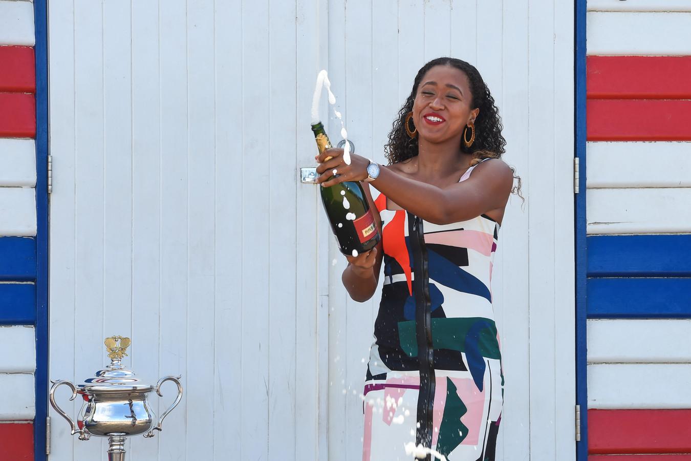 Naomi Osaka viert in 2019 haar zege bij de Australian Open op Brighton Beach in Melbourne.
