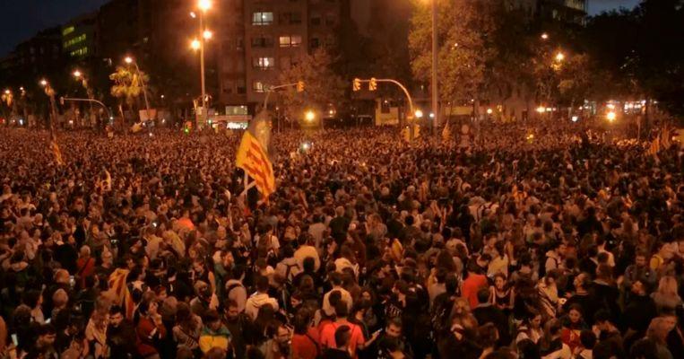 Woedende Catalanen komen op straat in Barcelona.