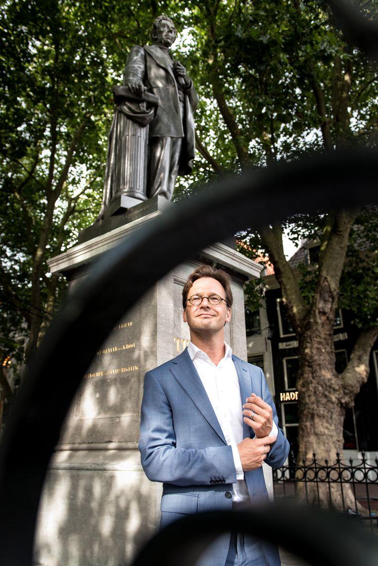 Van Raak bij het standbeeld van Thorbecke in Amsterdam.  Beeld Eva Faché