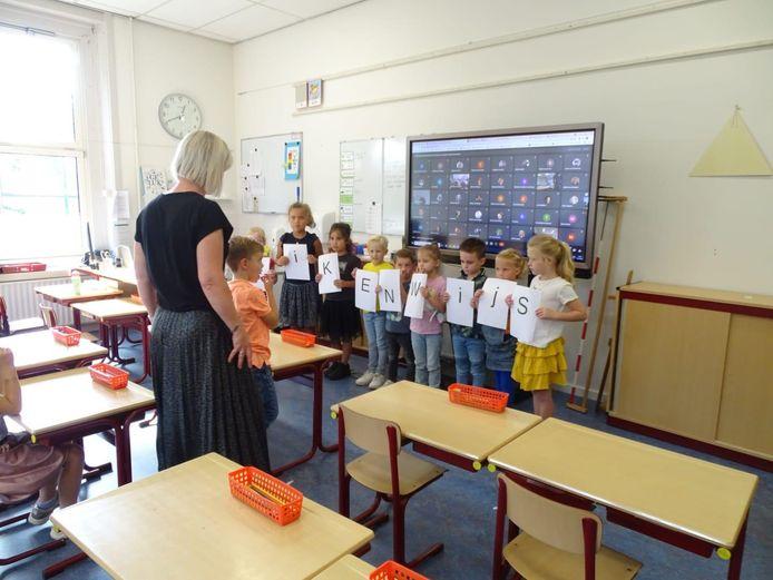De naam werd in de klassen geraden door een spel met letters en een rebus op te lossen.