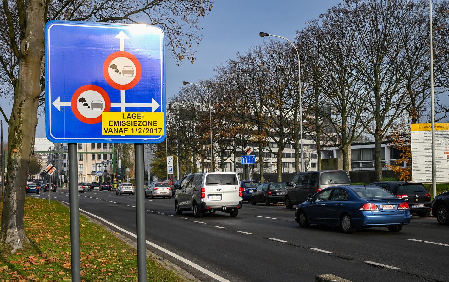 De Jan Van Rijswijcklaan in Antwerpen, net voor het kruispunt met de Singel, waar de LEZ begint. In januari liepen ruim 14.000 chauffeurs tegen de lamp.