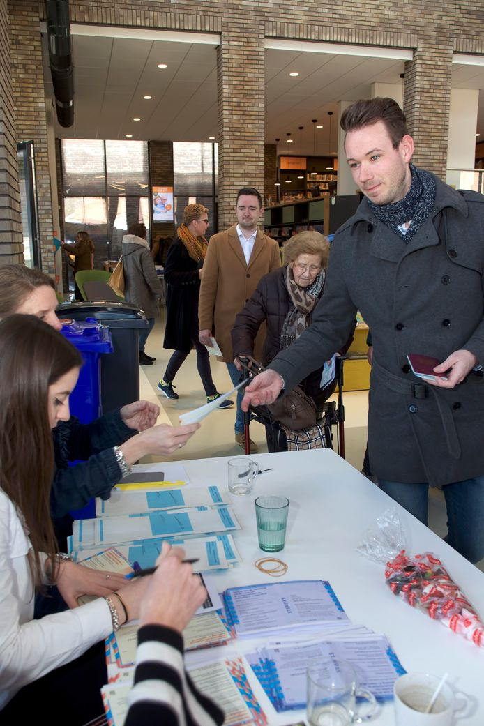 Wethouder Kevin van Oort ontvangt zijn stemformulier, hij gaat stemmen bij het stembureau in de nieuwe bibliotheek in Raamsdonksveer. De afgelopen vier jaar was hij wethouder namens Groen Links, nu is hij een nieuwe partij begonnen met leden van Groen Links en de PvdA: Morgen! Foto Johan Wouters / Pix4Profs