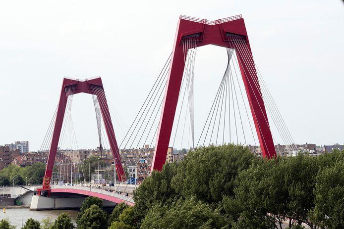 Bij werkzaamheden aan de Willemsbrug is gestraald met staalgrit dat asbest bevatte.