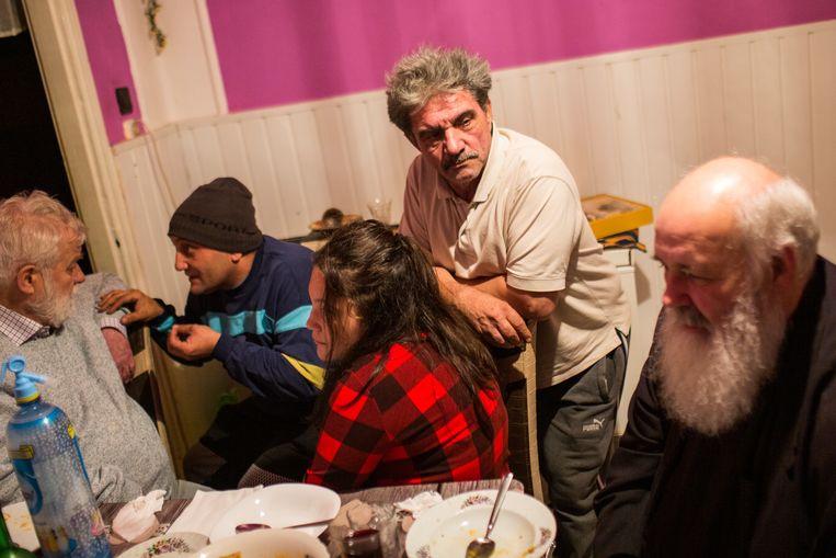 In het Roma-dorp een uur buiten Boedapest. De belangrijkste reden waarom Roma-gezinnen op Orbán stemmen, is omdat de regering een rudimentair banenprogramma heeft opgestart. Beeld RV -