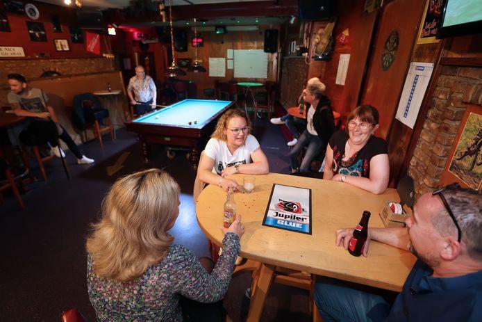 20210605 - Etten-Leur - Door de versoepeling van de corona-regels zijn veel bedrijven en organisaties weer (verder) open. Uitbaatster Annet (rechts aan tafel met zwart shirt) van cafe K'Annet mag ook binnen weer mensen ontvangen.