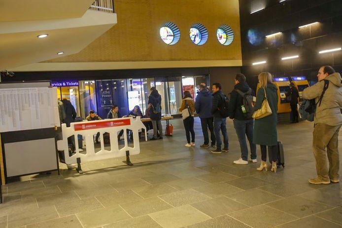 Lange rijen op het station Eindhoven.