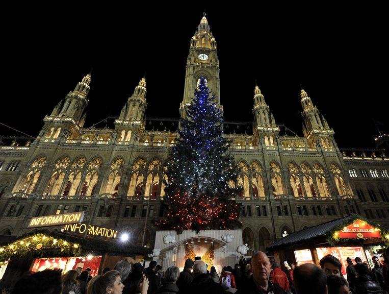 De Brusselse Grote Markt, waar eerder de kerstboom in de Franse kleuren verlicht was. Beeld EPA