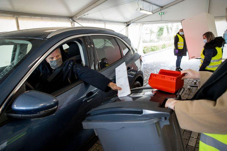 Spijkenisse biedt mogelijkheid vanuit auto te stemmen.  Beeld Arie Kievit