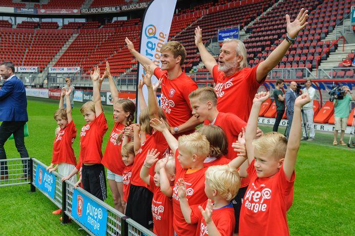 Alfons Wispels (met baard) met kidsclub bij de ondertekening  van het sponsorcontract, twee jaar gelden. Wispels stapte in op het moment dat Twente nog niet zeker wist dat het de licentie zou behouden.