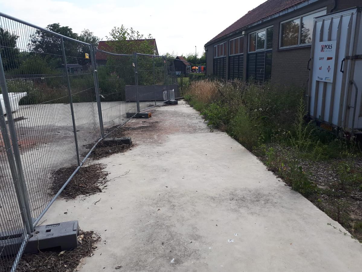 De vloer voor de sportzaal was al gestort, daarna kwam de bouw door juridische procedures stil te liggen.