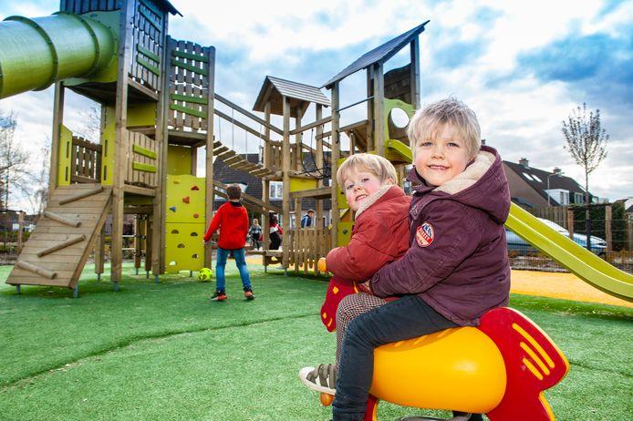 Kinderen genieten van het grote speeltoestel in Moerkapelle, maar niet alle omwonenden zijn er blij mee.