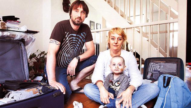 Mark, Ilonka en hun zoontje Kaj zijn klaar voor de reis. Maar Ilonka moet eerder terug.