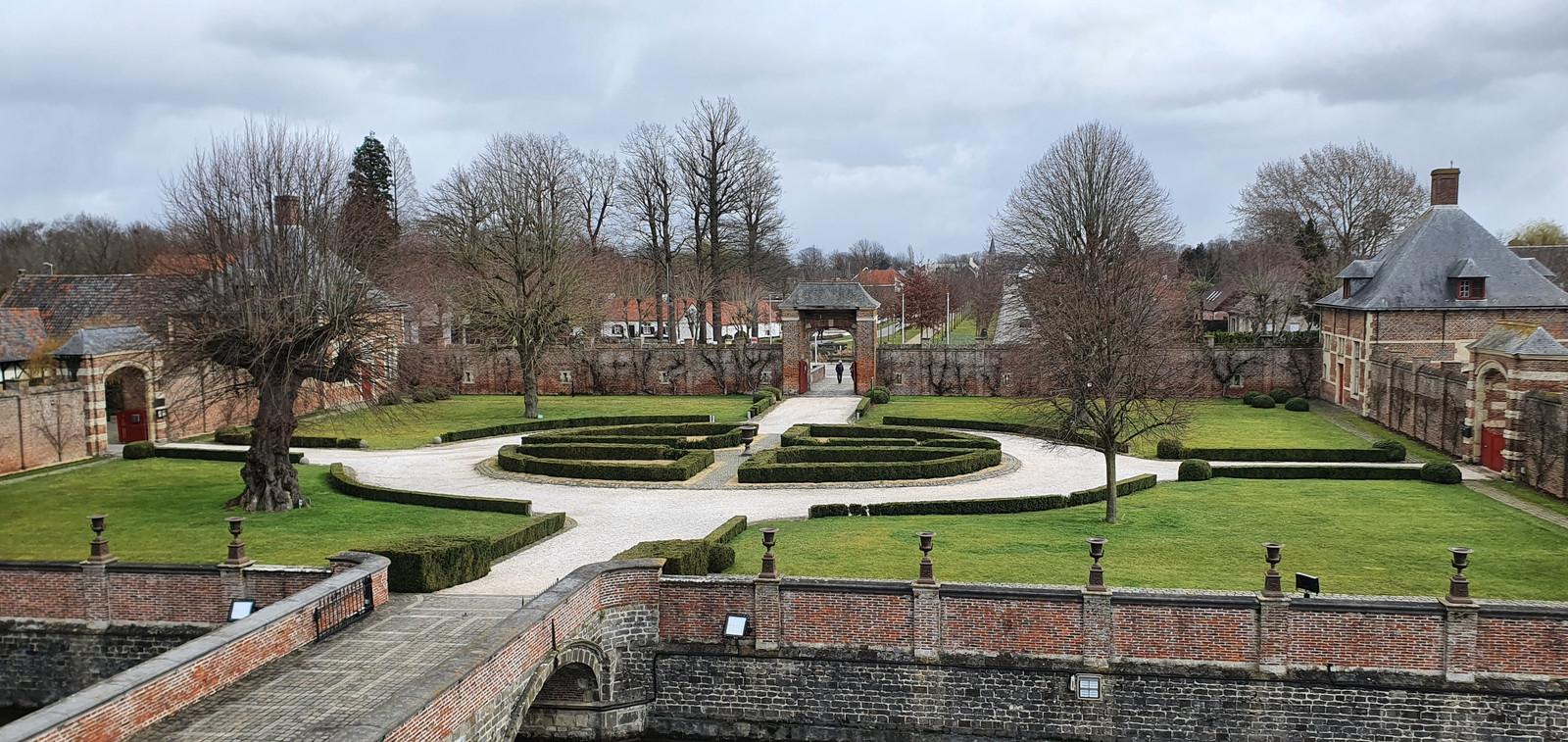 De Kasteeldreef in Laarne tussen kasteel en kerk.