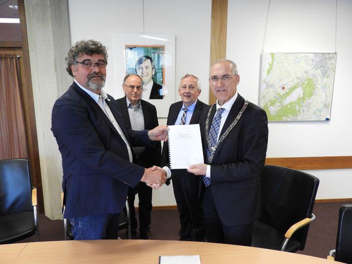 Initiatiefnemer Jan van Werven en burgemeester Adriaan Hoogendoorn houden de overeenkomst vast die maandag is ondertekend.