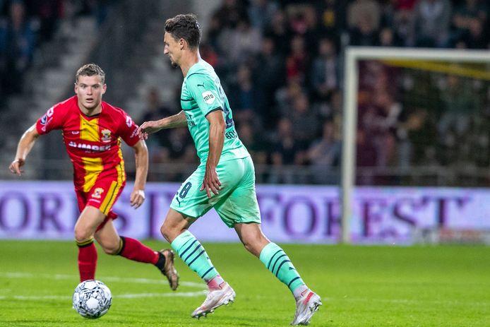 Opperste concentratie bij Philippe Rommens, die hier PSV'er Olivier Boscagli in het oog heeft.