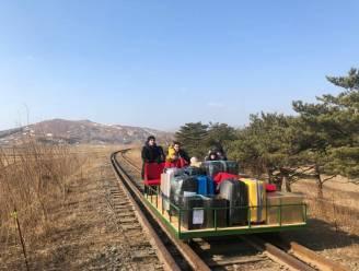 Russische diplomaten verlaten Noord-Korea in met hand geduwd treinkarretje