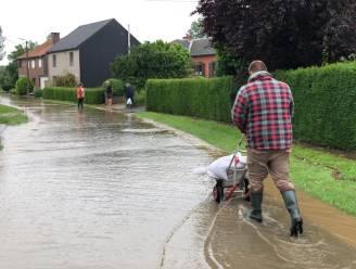 Hele dag pompen en zandzakjes aanvoeren om zware overstroming te vermijden