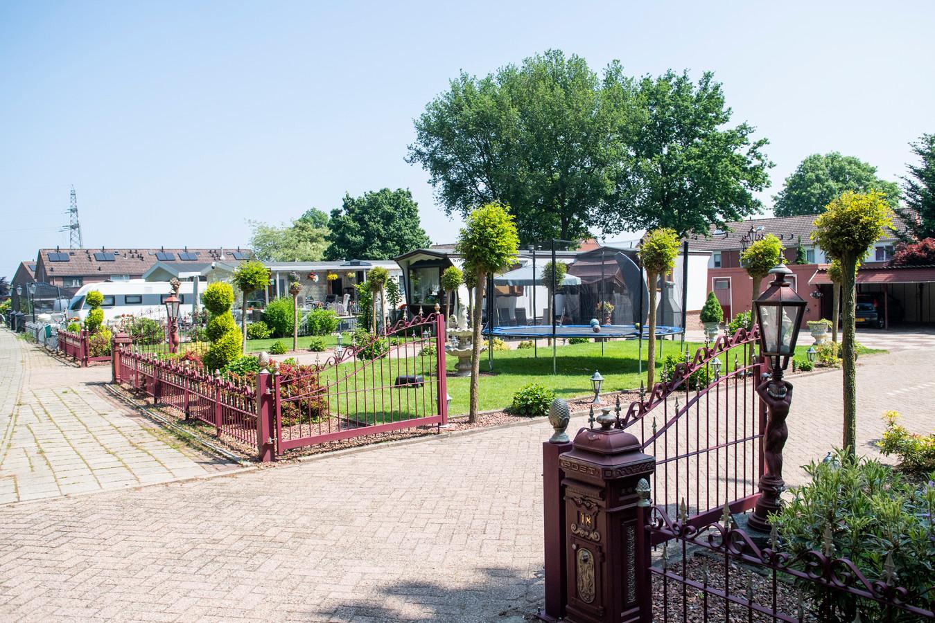 Het huidige woonwagenkamp is in Wierden gelegen aan de Weusteweg.