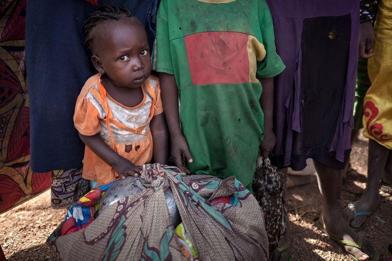 Een jong meisje dat op de vlucht is met haar familie voor het aanhoudende geweld rond Paoua.  Beeld AFP