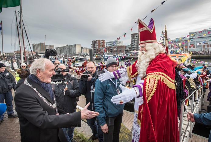 Burgemeester Remkes heet de sint van harte welkom in Scheveningen.