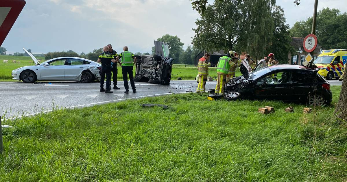 Auto slaat over de kop bij driedubbele botsing op N337 bij Olst: twee personen gewond.