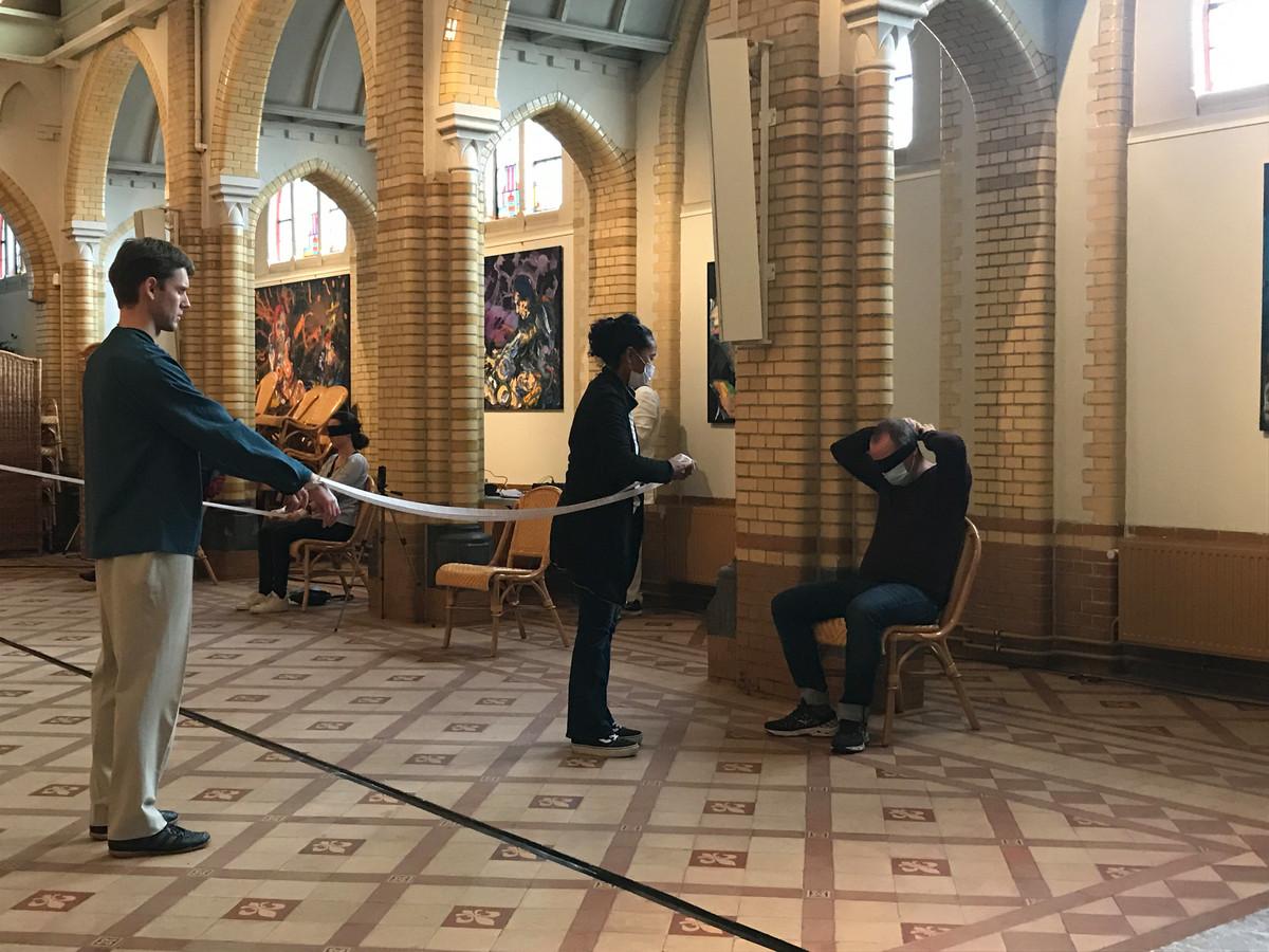 Ervaren hoe het is om blind te zijn tijdens dansvoorstelling 'A Day in the Darkness'.
