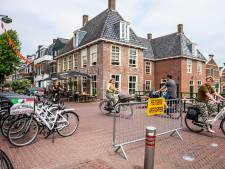 Fietsers in Julianastraat hebben lak aan afstapverzoek bij terrassen: 'Het is een wonder dat er geen gewonden vallen'