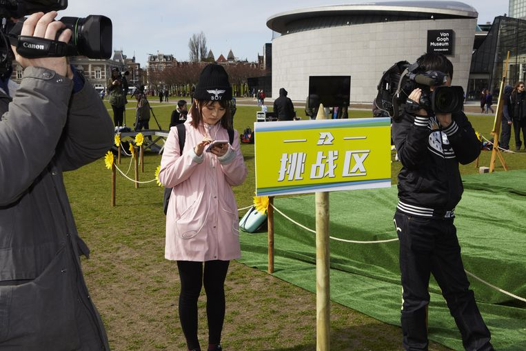 Bij het Van Gogh Museum moeten de kandidaten (hier buiten beeld) zonnebloemen spelen. Beeld Jan Dirk van der Burg