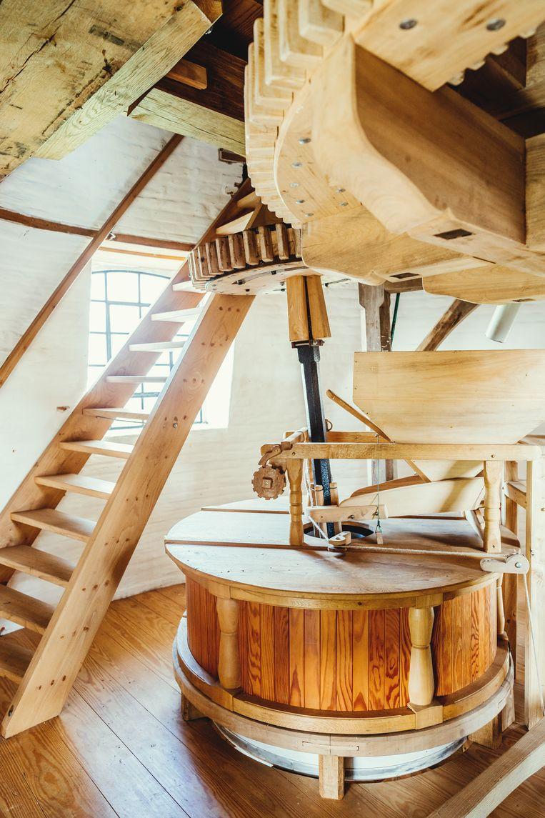 De binnenkant van Molen Ter Hengst in Ronse: houtwerk op maat, door vaklui. Beeld Stefaan Temmerman