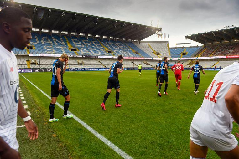 De spelers van Club Brugge betreden een leeg stadion tijdens een vriendschappelijke wedstrijd tegen LOSC Lille als voorbereiding op de nieuwe Jupiler Pro League 2020 -2021. Beeld Photo News