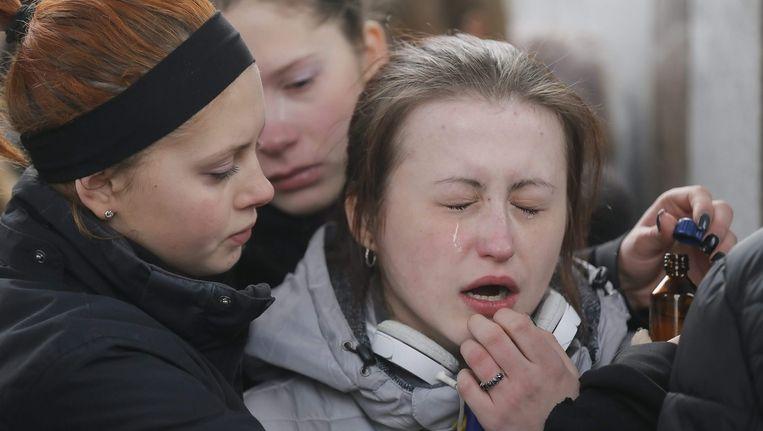 Nabestaanden van overleden militairen rouwen om hun familieleden Beeld EPA
