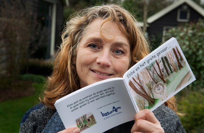 Jolanda van Zonneveld in actie tegen zwerfvuil.