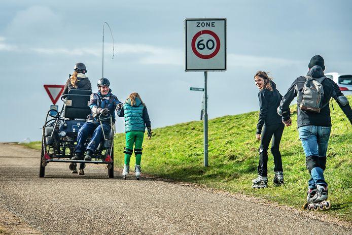 Een menwagentje met pony helpt een meisje op skeelers even de bult op. Dit was op de Persingensestraat naar de Ooysedijk.