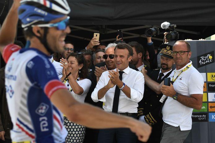 Thibaut Pinot wint vlak voor de ogen van president Emmanuel Macron.