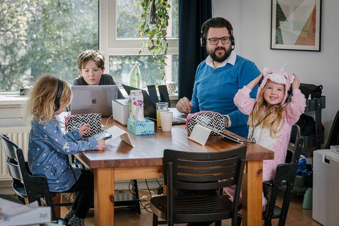 Felix Rothuizen (45) met zijn kinderen