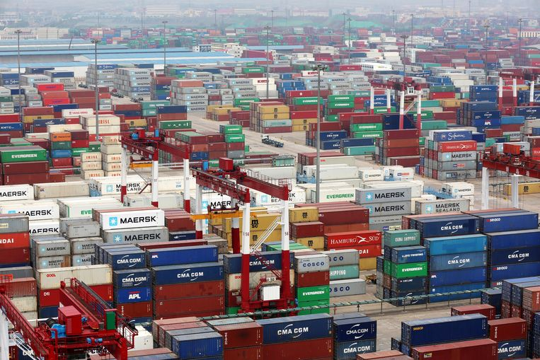 Een containeroverslag in de haven van Qingdao, China. Beeld EPA