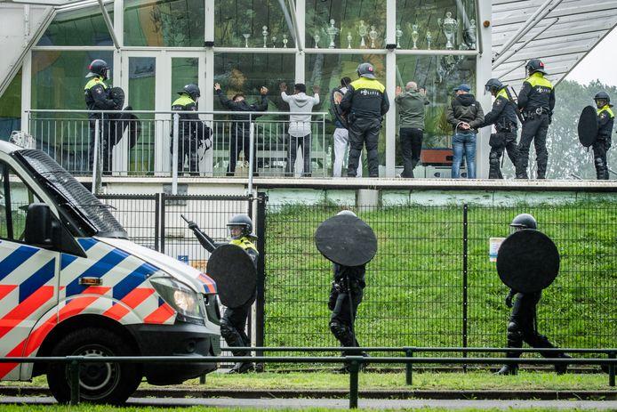 De politie hield vijf demomstranten aan op het complex van Zwaluwen Vooruit in de wijk Transwijk.