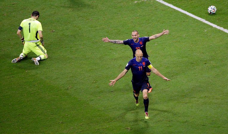 Wesley Sneijder en Arjen Robben vieren de 5-1 in de wedstrijd tegen Spanje. Beeld AP