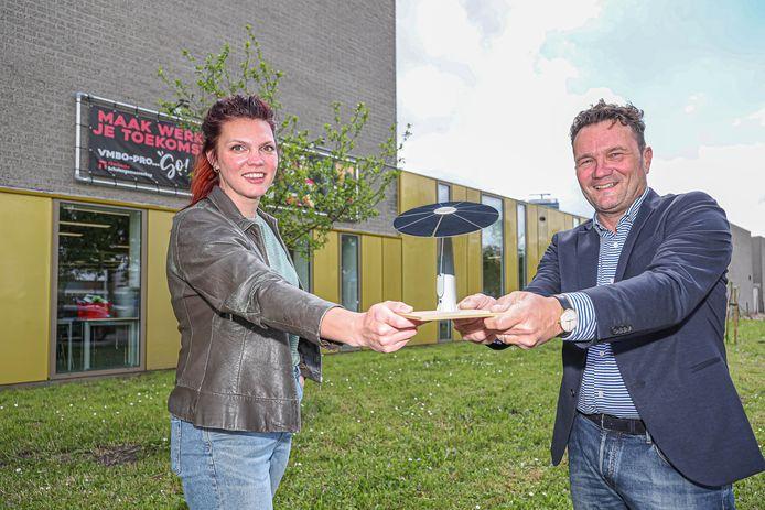 Valerie Geurtsen van Sterk Techniekonderwijs Zwolle en directeur Hans Veenemans van Ecoplant bij Thorbecke Scholengemeenschap met een schaalmodel van de 'zonnebloem'.