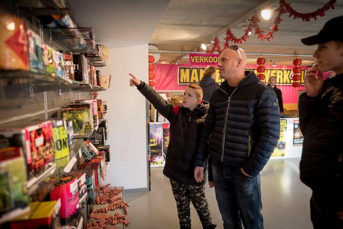 Vuurwerkverkopers in Arnhem kunnen de voorraad die ze voor de komende jaarwisseling hadden ingekocht zeer waarschijnlijk toch slijten aan liefhebbers, want het stadsbestuur wil pas volgend jaar een verbod op het afsteken instellen.