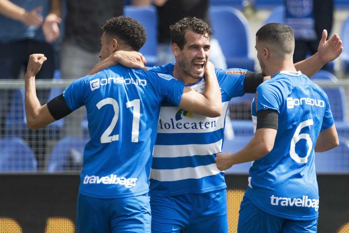 """De gestopte Dirk Marcellis viert zijn laatste goal voor PEC Zwolle vorig jaar tegen Roda JC: ,,Hij bracht leiderschap mee naar trainingen en wedstrijden"""", stelt trainer Van 't Schip."""