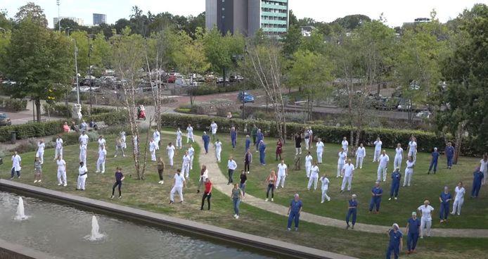 Tientallen medewerkers zetten hun beste beentje voor bij het Catharina Ziekenhuis in Eindhoven.